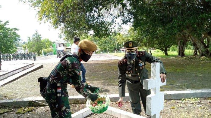 Peringati HUT TNI Ke-76, Wadanyon Armed 19/105 Tarik Bogani Tabur Bunga di Makam Pahlawan