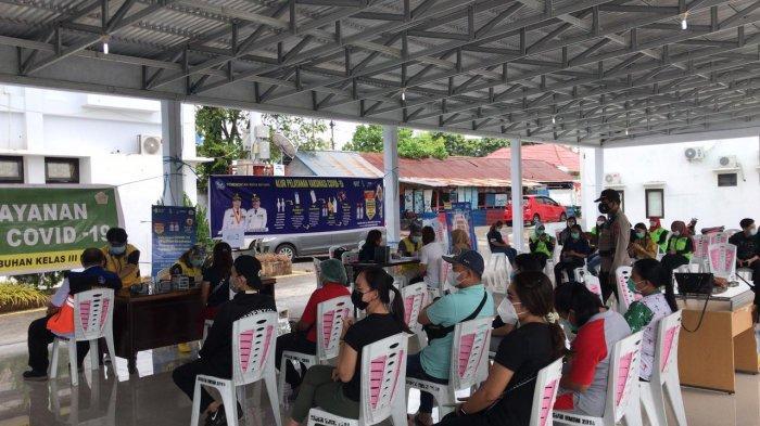 pelaksanan vaksinasi Covid-19 di pendopo lapangan upacara kantor Wali Kota Bitung, yang dilakukan oleh Kantor Kesehatan Pelabuhan (KKP) Bitung.