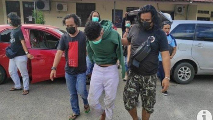 Pelaku pembunuhan Guru <a href='https://manado.tribunnews.com/tag/sma' title='SMA'>SMA</a> di <a href='https://manado.tribunnews.com/tag/banjarbaru' title='Banjarbaru'>Banjarbaru</a>, pria brondong berinisial WS (22) yang masih berstatus mahasiswa./Antara/Foto Yose Rizal