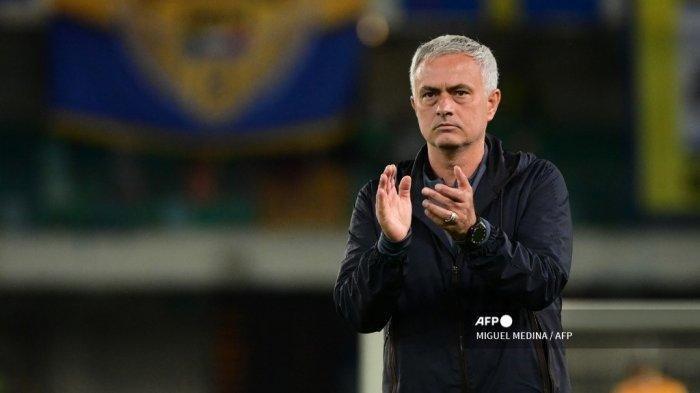 Pelatih kepala Roma asal Portugal Jose Mourinho memberi hormat kepada publik di akhir pertandingan sepak bola Serie A Italia