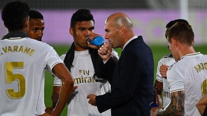 Pelatih Real Madrid Asal Prancis Zinedine Zidane (C) berbicara kepada para pemain selama pertandingan sepak bola Liga Spanyol antara Real Madrid dan Alaves di stadion Alfredo Di Stefano di Valdebebas dekat Madrid pada 10 Juli 2020.