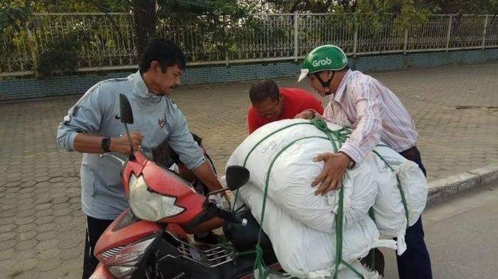 FOTO VIRAL! Beredar Foto Indra Sjafri Sedang Membantu Driver Ojek Online di Vietnam