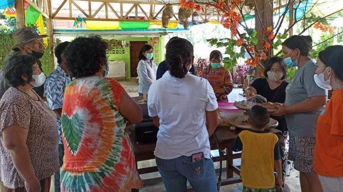 Pelatihan membuat kacang bawang putih bagi ibu-ibu kelompok tani dan home industry di Desa Tumaluntung, Minahasa Utara.