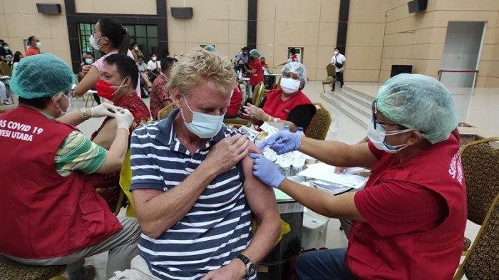Ketika WNA Turut Ikut Vaksinasi Covid-19 di Manado Sulut