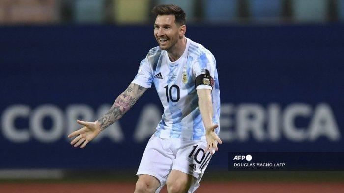 Pemain Argentina Lionel Messi memberi isyarat selama pertandingan perempat final turnamen sepak bola Copa America Conmebol 2021 antara Argentina dan Ekuador, di Stadion Olimpiade di Goiania, Brasil, pada 3 Juli 2021.