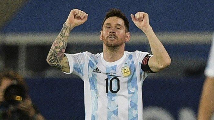 Pemain Argentina Lionel Messi melakukan selebrasi setelah mencetak gol tendangan bebas ke gawang Chile dalam pertandingan fase grup turnamen sepak bola Conmebol Copa America 2021 di Stadion Nilton Santos di Rio de Janeiro, Brasil, pada 14 Juni 2021.