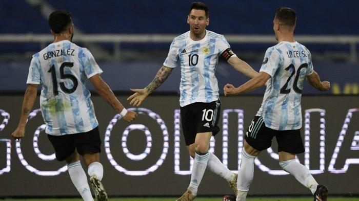 Pemain Argentina Lionel Messi (tengah) melakukan selebrasi bersama rekan setimnya Nicolas Gonzalez (kiri) dan Giovani Lo Celso.
