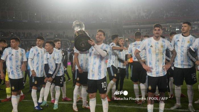 Pemain Argentina Lionel Messi (tengah) memegang trofi Copa America setelah berakhirnya pertandingan sepak bola kualifikasi Amerika Selatan untuk Piala Dunia FIFA Qatar 2022 melawan Bolivia di Stadion Monumental di Buenos Aires pada 9 September 2021.
