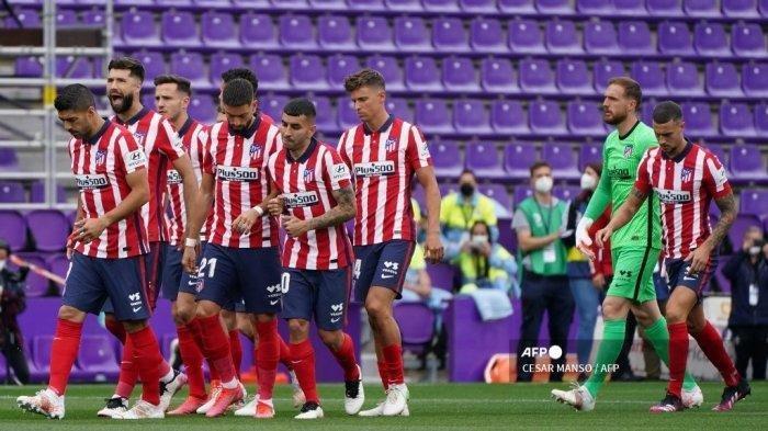 Pemain Atletico Madrid memasuki lapangan saat pertandingan sepak bola Liga Spanyol Real Valladolid FC melawan Club Atletico de Madrid di stadion Jose Zorilla di Valladolid pada 22 Mei 2021.