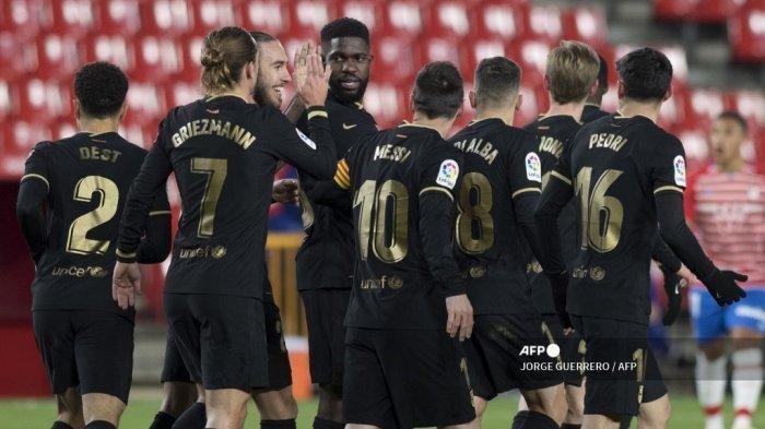 Pemain depan Barcelona Antoine Griezmann (2ndL) merayakan bersama rekan setimnya setelah mencetak gol selama pertandingan sepak bola Liga Spanyol antara Granada dan Barcelona di stadion Los Carmenes di Granada pada 9 Januari 2021.
