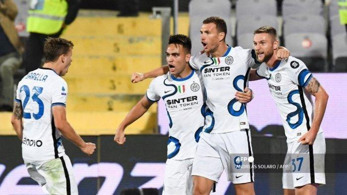 Pemain depan Inter Milan asal Bosnia Edin Dzeko merayakan (2R) dengan rekan setimnya setelah mencetak gol selama pertandingan sepak bola Serie A Italia antara ACF Fiorentina dan Inter Milan di Stadion Artemio Franchi di Florence, pada 21 September 2021.