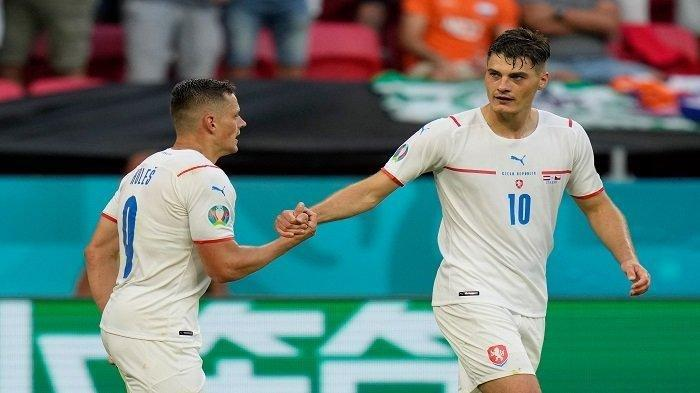 Pemain depan Republik Ceko Patrik Schick (kanan) merayakan dengan gelandang Republik Ceko Tomas Holes setelah mencetak gol kedua tim mereka selama pertandingan sepak bola babak 16 besar UEFA EURO 2020 antara Belanda dan Republik Ceko di Puskas Arena di Budapest pada 27 Juni 2021.
