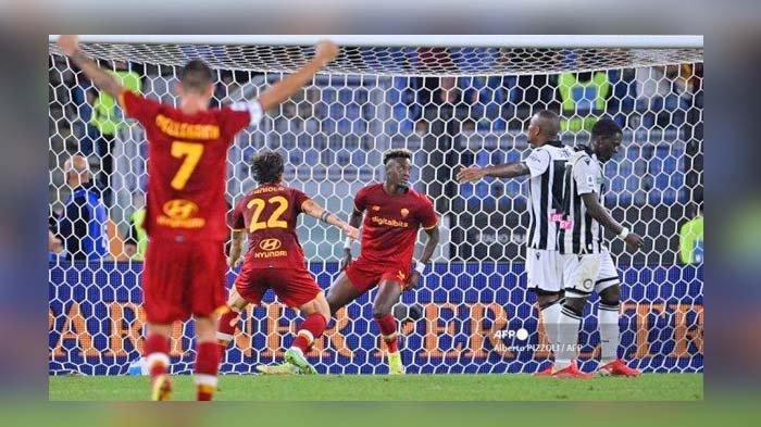 Pemain depan Roma Inggris Tammy Abraham (tengah) merayakan setelah mencetak gol selama pertandingan sepak bola Serie A Italia AS Roma vs Udinese di stadion Olimpiade di Roma pada 23 September 2021.