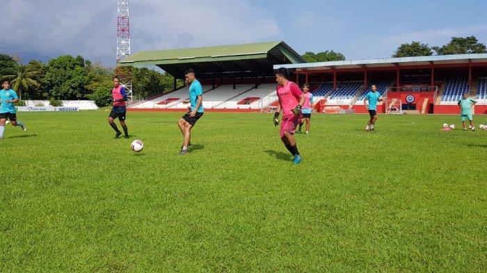Pemain Sulut United mulai mengelar latihan di Stadion Klabat Manado, pada Rabu (1/7/2020).