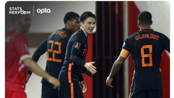 Pemain timnas Belanda merayakan gol yang dicetak oleh Steven Berghuis (tengah) ke gawang timnas Gibraltar dalam laga matchday 3 grup G kualifikasi Piala Dunia 2022 zona Eropa.