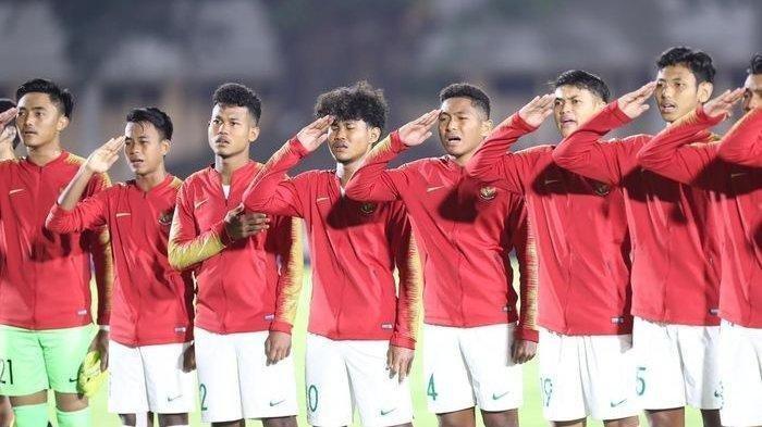 Pemain timnas Indonesia U-19, menyanyikan lagu kebangsaan Indonesia Raya saat melawan timnas Hong Kong U-19 pada laga babak kualifikasi grup K Piala Asia U-19 2020 di Stadion Madya Gelora Bung Karno, Senayan, Jakarta, Jumat (8/11/2019). Lalu siapa saja skuat timnas u 19? Selengkapnya jadwal timnas U19 vs Kroasia, daftar skuat timnas U19 Indonesia 2020 bisa dilihat di dalam artikel
