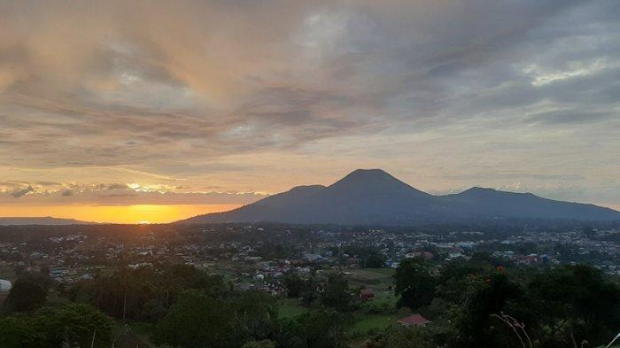 Pemandangan kota Tomohon saat berada di Narwastu Hills