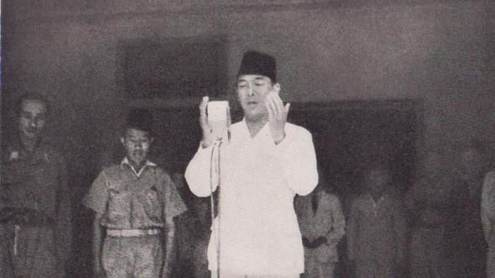 pembacaan teks Proklamasi RI oleh Soekarno