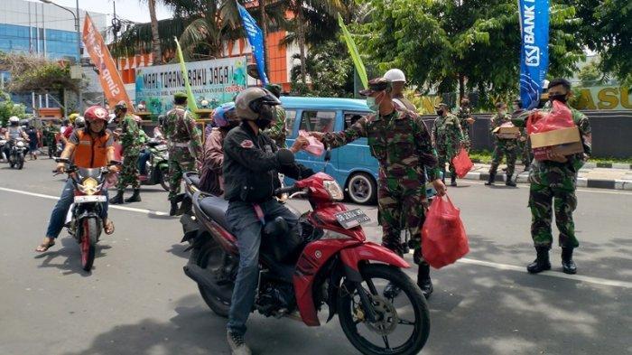 BERITA FOTO, Tentara Nasional Indonesia di Manado Bagi-bagi Makanan Gratis