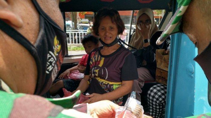 Pembagian bingkisan makanan yang merupakan bantuan dari PT Bank Rakyat Indonesia bersama Korem 131/Santiago di jalan Sam Ratulangi Kota Manado, Senin (4/10/2021).