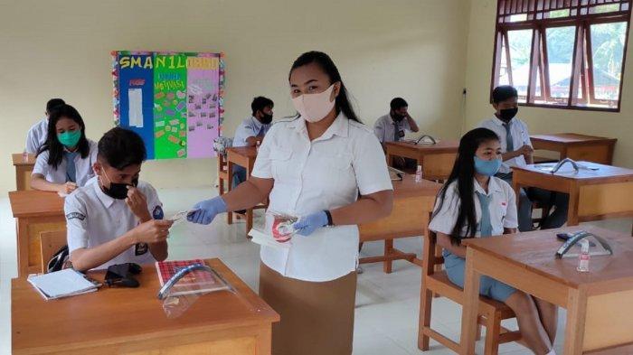 SMA Negeri 1 Lobbo Gelar KBM Pertama di Talaud di Masa Pandemi Covid-19 - pembagian-masker-tambahan-pada-saat-sebelum-pembelajaran.jpg