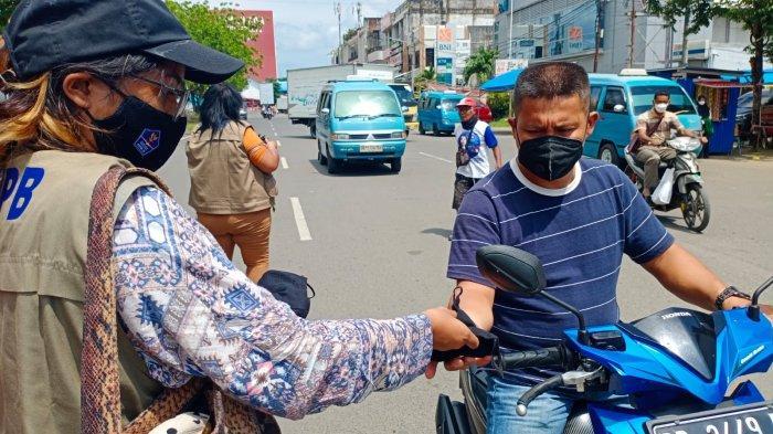 Omzet Terjun Bebas, Penjual Masker di Minut Ini Beralih Jual Kembang Api