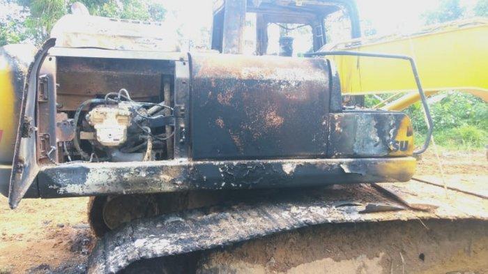 Pembakaran alat berat jenis eksavator milik salah satu owner Toko Dragon Kotamobagu, di tambang ilegal Desa Tobayagan, Kabupaten Bolsel.