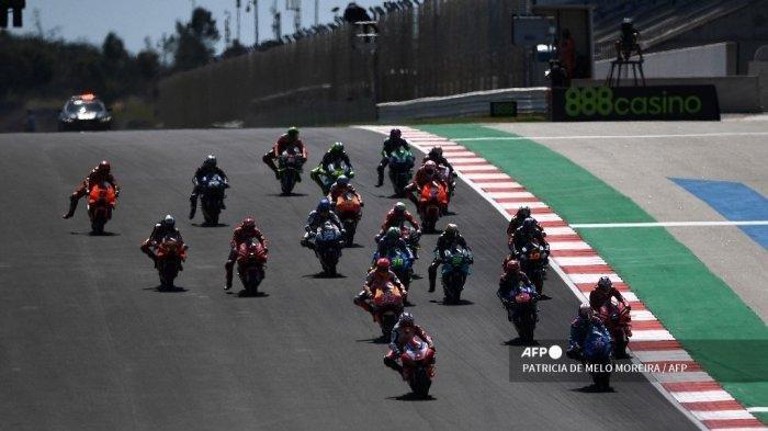 Pembalap lepas landas pada awal balapan MotoGP pada Grand Prix Portugis di Sirkuit Internasional Algarve di Portimao pada 18 April 2021. Jadwal tayang MotoGP Catalunya 2021 Sirkuit Catalunya hari ini, lengkap dengan link live streaming Trans7 gratis, Minggu (6/5/2021) pukul 16.00 WIB.