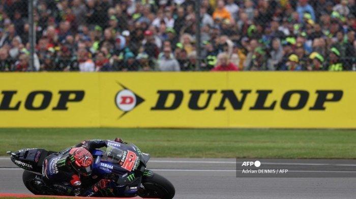 Pembalap Yamaha Prancis Fabio Quartararo mengendarai sepeda motornya saat balapan MotoGP Grand Prix Inggris di sirkuit Silverstone di Northamptonshire, Inggris tengah, pada 29 Agustus 2021.
