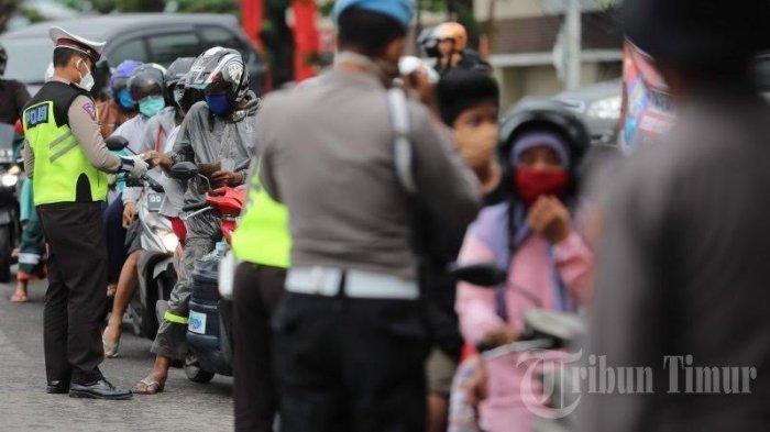 Petugas memeriksa identitas warga saat hari pertama Pembatasan Sosial Berskala Besar (PSBB) di perbatasan Gowa-Makassar, Jl Aroepala (depan Citraland Celebes), Jumat (24/4/2020).