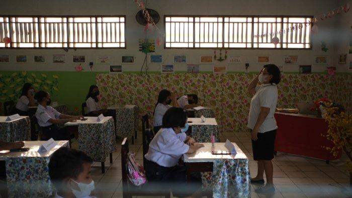Pembelajaran Tatap Muka di SMP kr Tabita Manado, Sulawesi Utara, Jumat (1/10/2021).