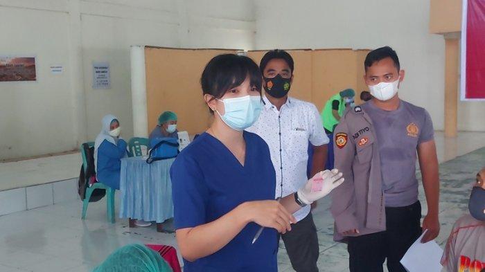 Usai Divaksin, Polisi Simak Penjelasan Penyuluh Perempuan Tentang Antibodi