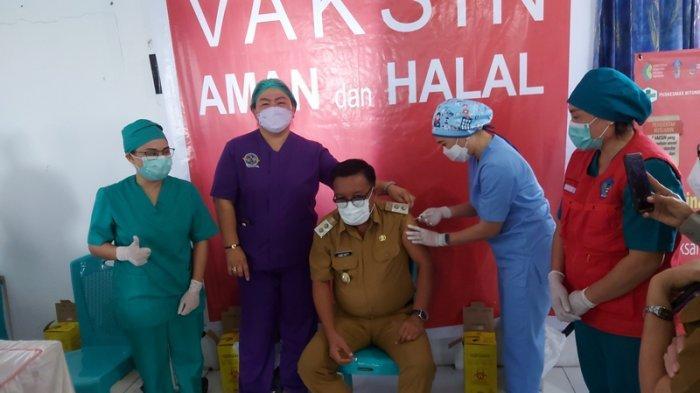 Maurits Mantiri Riang dan Gembira Jalani Vaksinasi Covid-19