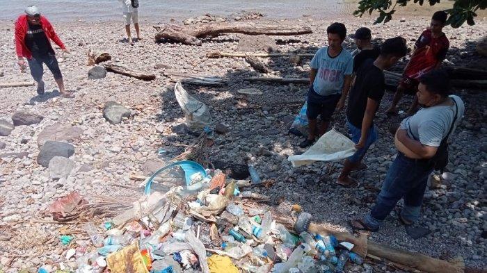 Sejumlah Kelompok Gelar Pembersihan Sampah di Pesisir Pantai dan Hutan Mangrove Kapeta Siau