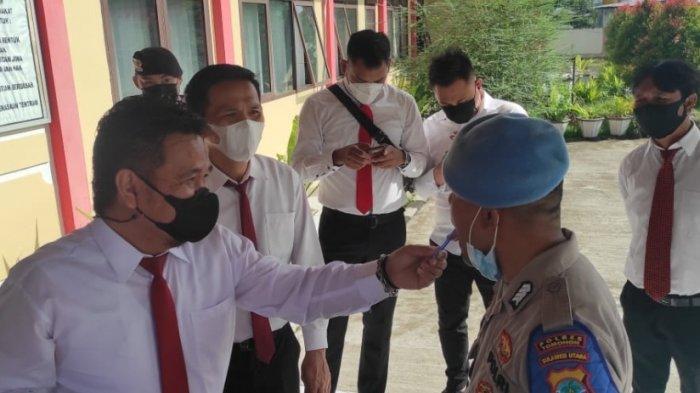 Pemeriksaan narkoba di Polres Tomohon menggunakan drug wipe.