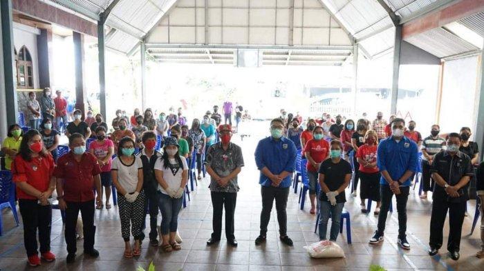 Salurkan Bantuan PPKM, Bupati Minahasa Harap Warga Segera Divaksin