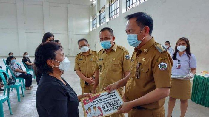 Caroll Senduk - Wenny Lumentut Serahkan Santunan Duka ke 177 Ahli Waris di Tomohon