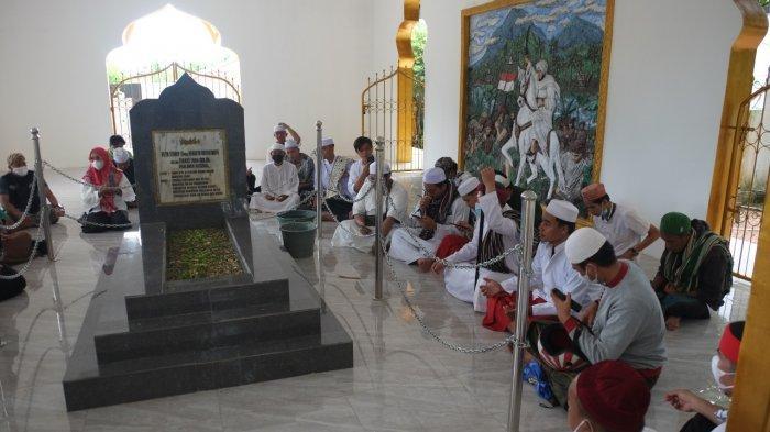 Peringati HUT RI Ke-76, Puluhan Pemuda di Sulut Berziarah ke Makam Imam Bonjol