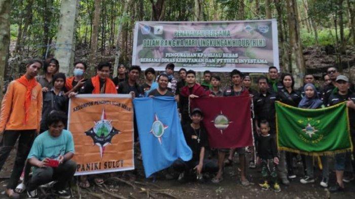 Penanaman bibit pohon bersama di Hutan Kenangan Minut yang digagas KPA Hijau Bebas.