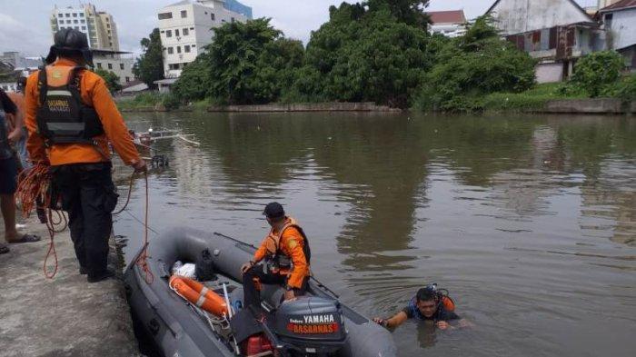 Pencarian korban hanyut di DAS Tondano Jembatan Mahakam, Manado, Sulawesi Utara, Senin (31/5/2021).