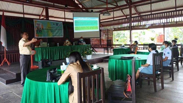 Narasumber menyampaikan materi dalam workshop pencegahan stunting di Minahasa Utara.