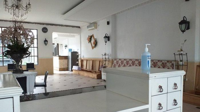 Penerapan protokol kesehatan di Salon Top Image, Jalan Sam Ratulangi nomor 75, Kelurahan Tanjung Batu, Wanea, Manado, Sulawesi Utara, Jumat (21/5/2021)