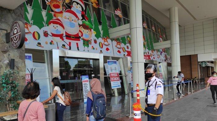 Penerapan protokol kesehatan mencegah Covid-19 di Manado Town Square.