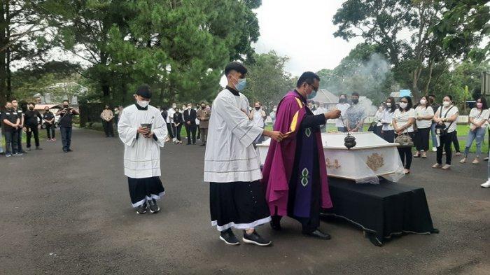 Jenazah Pastor Marcellus Rarun Dimakamkan di Seminari Kakaskasen Tomohon