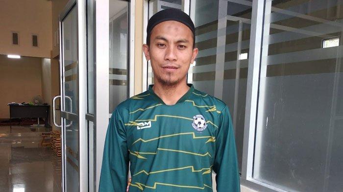 Pengasuh Pondok Pesantren Al Hasanain Islamic Soccer School Kotamobagu, Ustaz Maulana Abdul Malik.