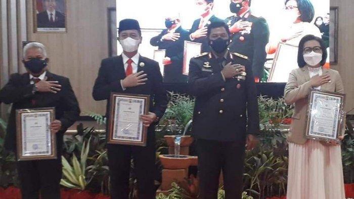 Kapolda Sulut Irjen Nana Sudjana diabadikan bersama Bupati Bolmong Yasti Soepredjo Mokoagow dan Bupati Bolsel Iskandar Kamaru serta Wakil Bupati Bolmut pada perayaan HUT ke-75 Bhayangkara di Mapolda Sulut, Manado, Kamis (1/7/2021).