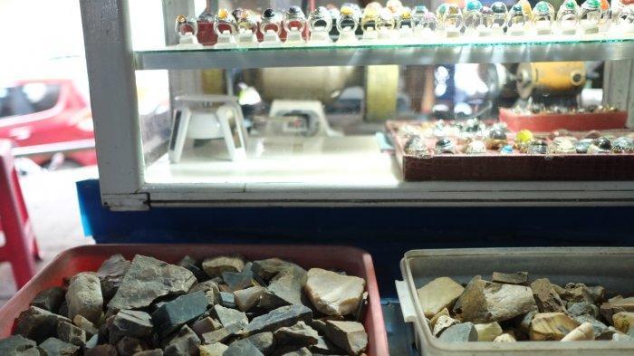 Pengrajin batu akik di Kawasan President 21, Kota Manado, Sulawesi Utara, Selasa (22/6/2021).