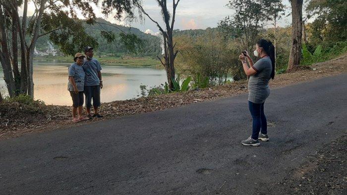 Tak Bisa Masuk Lokasi Wisata Danau Linow, Pengunjung Pilih Berfoto dari Pinggir Jalan