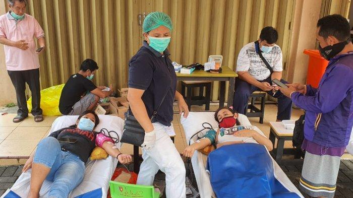 Pengurus BPCKerukunan Keluarga Sulawesi Selatan (KKSS) menggelar donor darah massal dan service motor