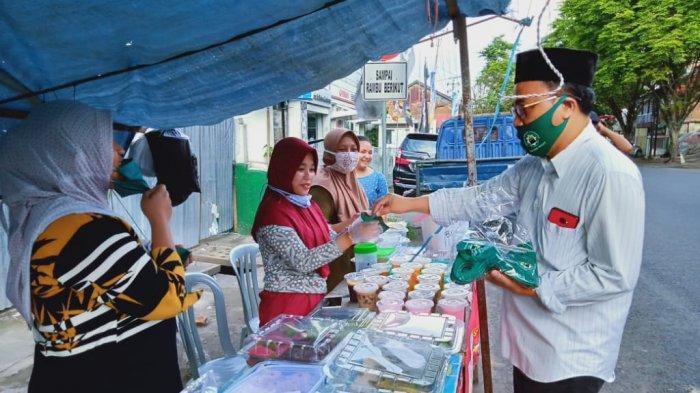Pengurus Dewan Masjid Bagikan Masker pada Ojol dan Penjual Takjil.